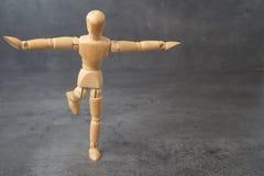 In evenwicht brengende houten ledenpop, marionet, met copyspace Stock Afbeeldingen