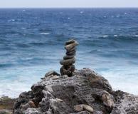 In evenwicht brengende Rots en Overzees stock afbeeldingen