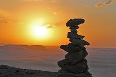 In evenwicht brengende stenen in de Faiyum-woestijn stock foto