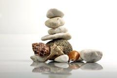 In evenwicht brengende Stenen en overzeese †shells ‹â€ ‹ Stock Afbeelding