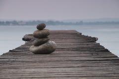 In evenwicht brengende Stenen op een Pier Royalty-vrije Stock Foto's
