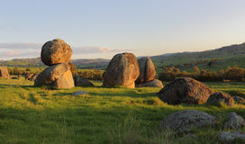 In evenwicht brengende stenen over het landschap Stock Fotografie