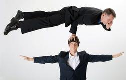 In evenwicht brengende zakenman die op telefoon spreken Stock Afbeeldingen