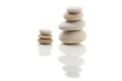 In evenwicht brengende zen geïsoleerde stenen Royalty-vrije Stock Fotografie