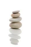 In evenwicht brengende zen geïsoleerde stenen Stock Fotografie