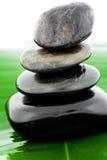 In evenwicht brengende zwarte stenen Stock Fotografie