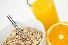 Evenwichtig ontbijt met mueslikom en vers jus d'orange stock afbeelding