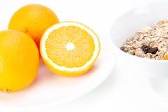 Evenwichtig ontbijt met mueslikom en vers jus d'orange stock afbeeldingen