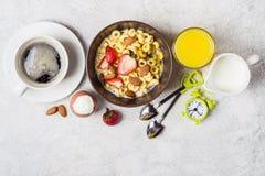 Evenwichtig traditioneel ontbijtconcept Gehele korrelringen, koffie, jus d'orange en ei royalty-vrije stock foto's