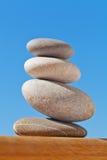 Evenwichtige kiezelsteenstapel op duidelijk hout Royalty-vrije Stock Afbeeldingen