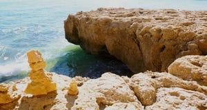 Evenwichtige rotsen op rotsen royalty-vrije stock fotografie