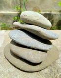 Evenwichtige stapel stenen over stock afbeeldingen