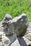 Evenwichtige stenen dichtbij de de Kaukasus berg Royalty-vrije Stock Foto's