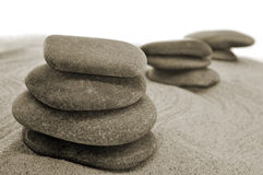 Evenwichtige stenen in een zentuin Stock Afbeeldingen