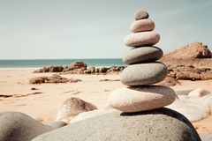Evenwichtige stenen op het strand Stock Foto