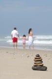 Evenwichtige stenen op overzeese kust Stock Afbeelding