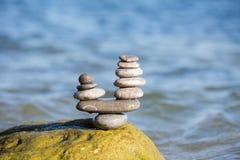 Evenwichtige stenenstapel Stock Foto's