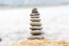 Evenwichtige stenenstapel op het overzeese strand Stock Fotografie