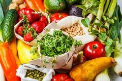 Evenwichtige vegetarische voedselachtergrond Groenten, vruchten, bessen, noten, spruiten, zaden, kekers op een witte achtergrond royalty-vrije stock fotografie