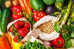 Evenwichtige vegetarische voedselachtergrond Groenten, vruchten, bessen, noten, spruiten, zaden, kekers op een witte achtergrond royalty-vrije stock foto