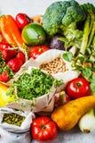 Evenwichtige vegetarische voedselachtergrond Groenten, vruchten, bessen, noten, spruiten, zaden, kekers op een witte achtergrond stock afbeeldingen