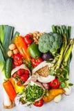Evenwichtige vegetarische voedselachtergrond Groenten, vruchten, bessen, noten, spruiten, zaden, kekers op een witte achtergrond, royalty-vrije stock fotografie