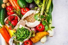 Evenwichtige vegetarische voedselachtergrond Groenten, vruchten, bessen, noten, spruiten, zaden, kekers op een witte achtergrond, stock foto's