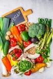 Evenwichtige vegetarische voedselachtergrond Groenten, vruchten, bessen, noten, spruiten, zaden, kekers op een witte achtergrond, royalty-vrije stock foto