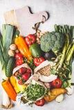 Evenwichtige vegetarische voedselachtergrond Groenten, vruchten, bessen, noten, spruiten, zaden, kekers op een witte achtergrond, stock fotografie
