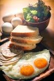 Evenwichtige Voedingseieren Geplaatst Ontbijt Stock Foto's