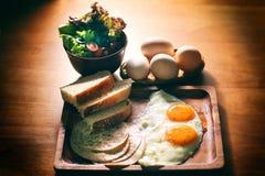 Evenwichtige Voedingseieren Geplaatst Ontbijt Royalty-vrije Stock Fotografie