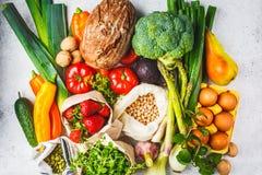 Evenwichtige voedselachtergrond Groenten, vruchten, noten, spruiten, eieren, zaden, kekers op witte achtergrond, hoogste mening stock fotografie