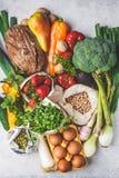 Evenwichtige voedselachtergrond Groenten, vruchten, noten, spruiten, eieren, zaden, kekers op witte achtergrond, hoogste mening royalty-vrije stock afbeeldingen