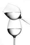 Evenwichtige wijnglazen stock fotografie