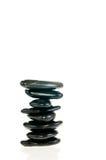 Evenwichtige zen stenen die op witte achtergrond worden geïsoleerdd Stock Foto's
