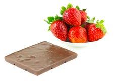 Everal truskawki na spodeczku i czekoladzie Obrazy Royalty Free