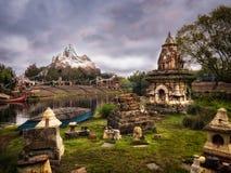 Everest im Abstand mit drastischem Himmel Stockfotografie