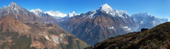 Everest, Lhotse, Ama Dablam et Bazar de Namche de Kongde Photo libre de droits