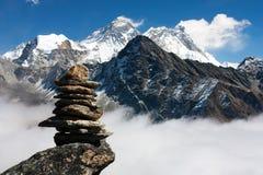 Everest mit Steinmann lizenzfreie stockfotos