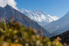 Everest och Lhotse bergmaximum, Namche basar, Nepal Arkivbilder