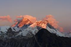 Everest på solnedgången. Arkivbild