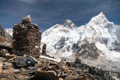 Everest und Nuptse von Kala Patthar mit Steinpyramiden lizenzfreie stockfotografie