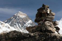 Everest und Nuptse von Kala Patthar mit Steinpyramiden lizenzfreie stockfotos