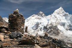 Everest und Nuptse von Kala Patthar mit Steinpyramiden stockfoto
