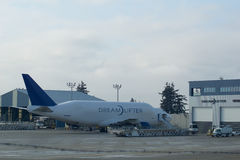 EVERETT, WASHINGTON, U.S.A. - 26 gennaio 2017: Parcheggio di Boeing 747 Dreamlifter all'aeroporto della contea di Snohomish o al  Fotografie Stock