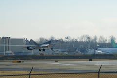 EVERETT WASHINGTON, USA - JANUARI 26th, 2017: En MiG-29UB under en låg plats för passerandeatheBoeing fabrik på Snohomish County Arkivbilder