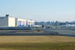 EVERETT WASHINGTON, USA - JANUARI 26th, 2017: Ny livré för Boeing ` som s visas på hangardörrar av Everett Boeing Assembly arkivbild