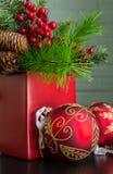Evergreen, bär och dekorativa julbollar, slut Arkivfoton