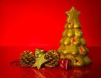Evergreen dourado com decorações do Natal fotos de stock royalty free