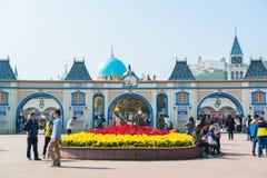 EVERLAND, YONGIN KOREA, PAŹDZIERNIK, - 25: Niezidentyfikowani turyści podróżują zakupy na Październiku 25 i cieszą się, 2014 przy Zdjęcie Royalty Free
